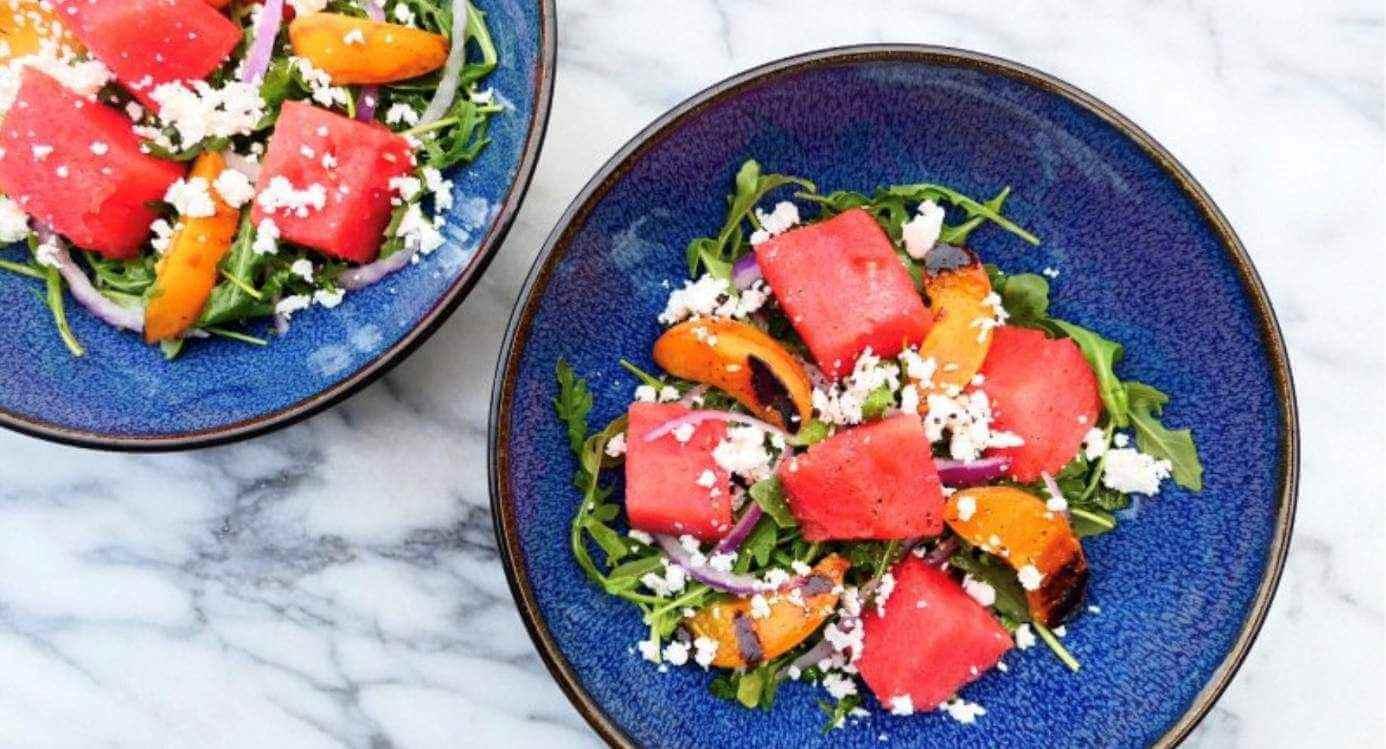 Letnia sałata CBD z grillowaną morelą i arbuzem