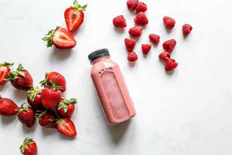 Read more about the article Letni orzeźwiający koktajl z truskawek, malin, banana oraz jogurtu naturalnego z nasionami Alba Hemp